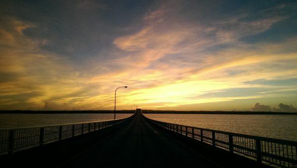来間大橋からの日の出