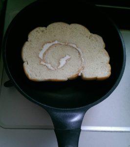 フライパンでうず巻きパンを焼く